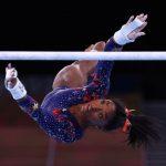 Simone Biles tropeça, mas avança para buscar 6 medalhas de ouro nos Jogos de Tóquio