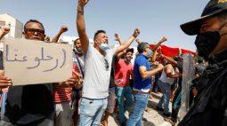 Democracia tunisiana enfrenta crise após presidente dissolver o governo