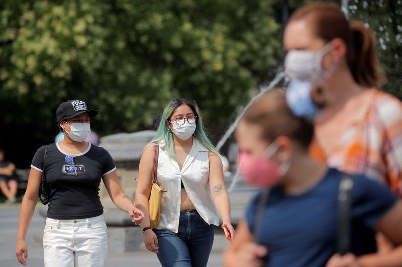 EUA recomendam que pessoas vacinadas voltem a usar máscara em locais fechados