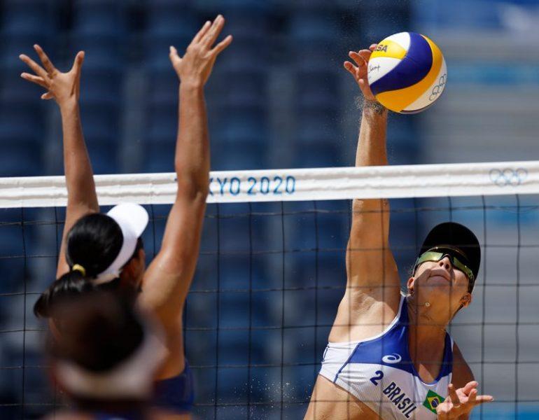 Ana Patrícia e Rebecca avançam no vôlei de praia; Ágatha e Duda são eliminadas