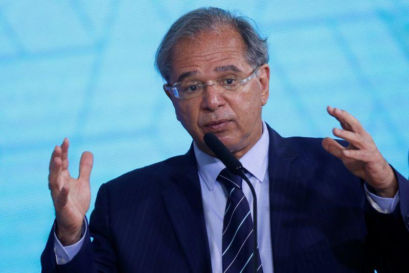 Dólar deveria estar em até R$4,20, mas barulho político não deixa moeda cair, diz Guedes