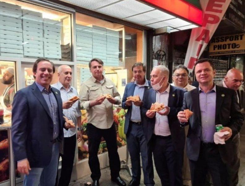 Bolsonaro come pizza na calçada em Nova York; EUA exige vacinação para entrar em restaurantes