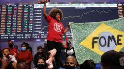 Manifestantes ocupam sede da B3 para protestar contra desigualdade e Bolsonaro