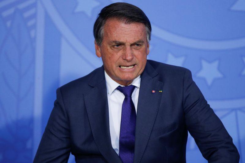 Bolsonaro volta a levantar dúvidas sobre vacinas e diz que não podem ser obrigatórias
