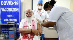 Premiê da Índia recebe vacina produzida no país em ampliação de campanha de imunização