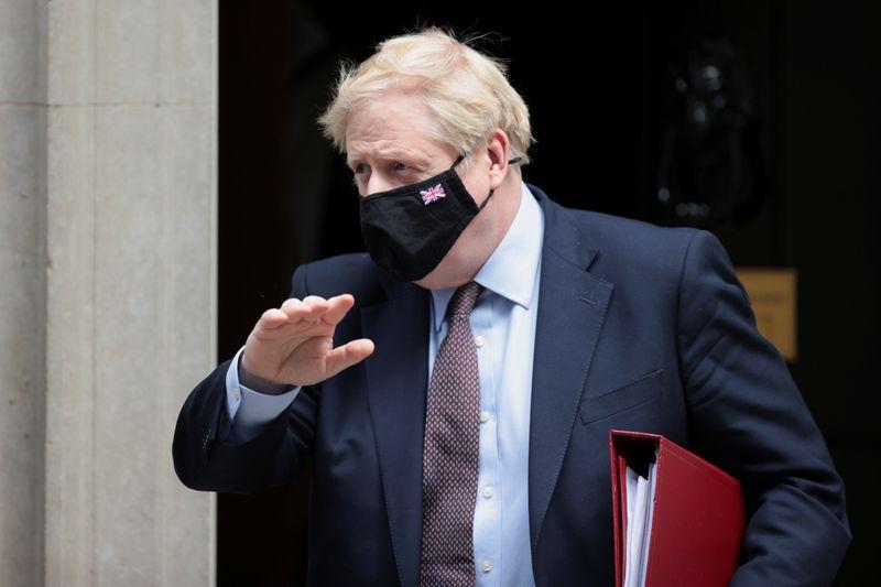 Johnson discorda que milhares tenham morrido de Covid no Reino Unido por inação de governo