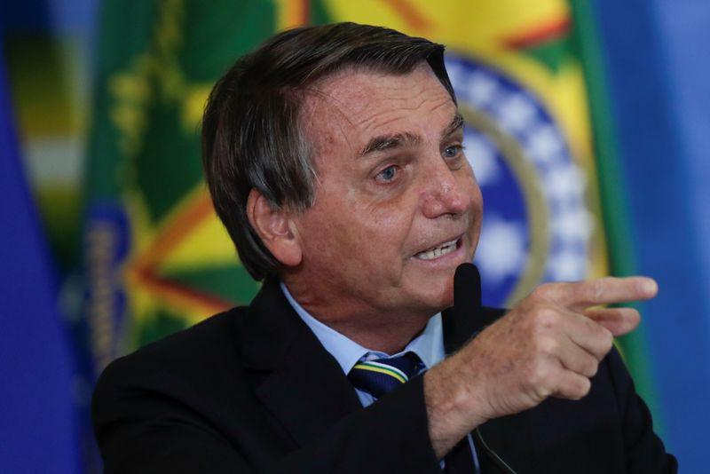 """Bolsonaro ameaça uso de Forças Armadas se país não """"voltar à normalidade"""""""
