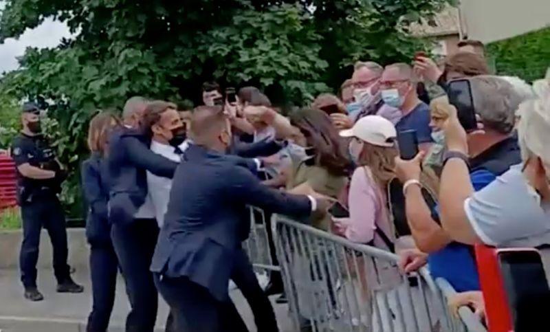 Macron leva tapa no rosto durante encontro com público no sul da França