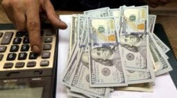 Dólar salta com sinalização dura de autoridade do Fed após cair abaixo de R$5,00