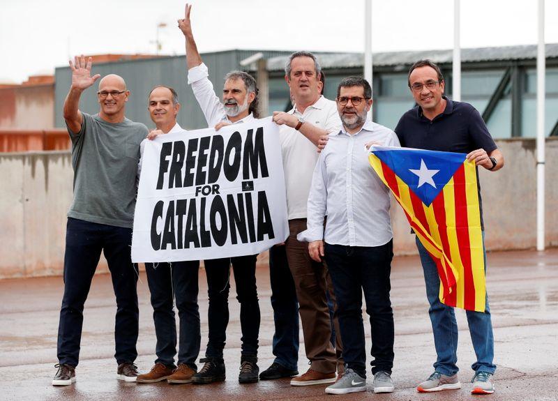 Separatistas espanhóis perdoados deixam prisão pedindo liberdade para Catalunha