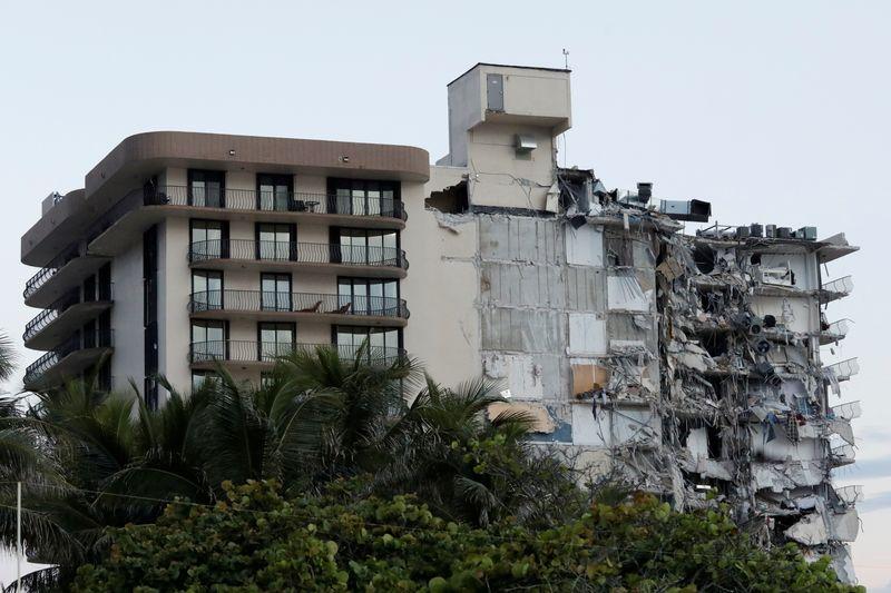 Autoridades da Flórida dizem que dezenas estão desaparecidos em desabamento de prédio à beira-mar