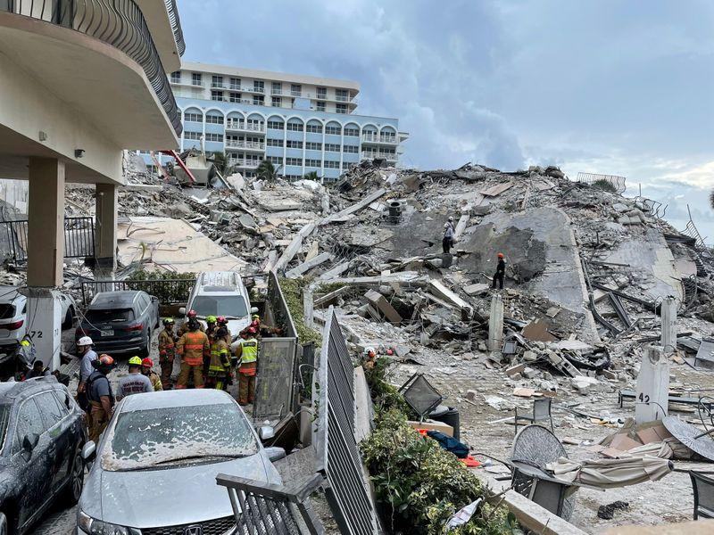 """Famílias rezam por """"milagre"""" em busca por 159 desaparecidos de desabamento de prédio na Flórida"""