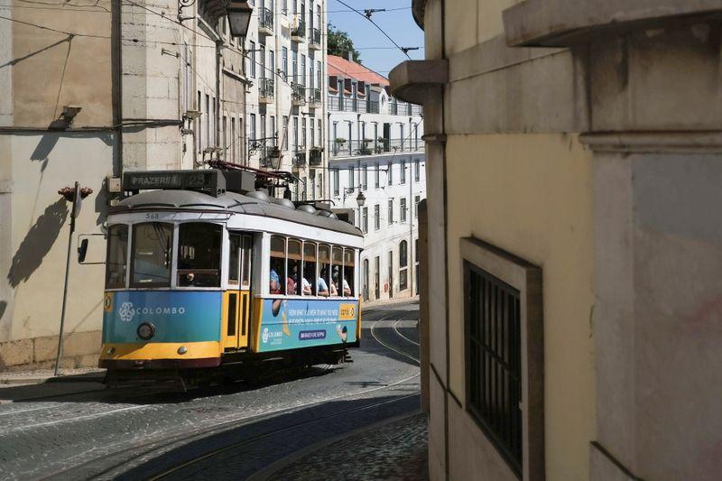 Dependente do turismo, Portugal sujeitará britânicos não vacinados a quarentena