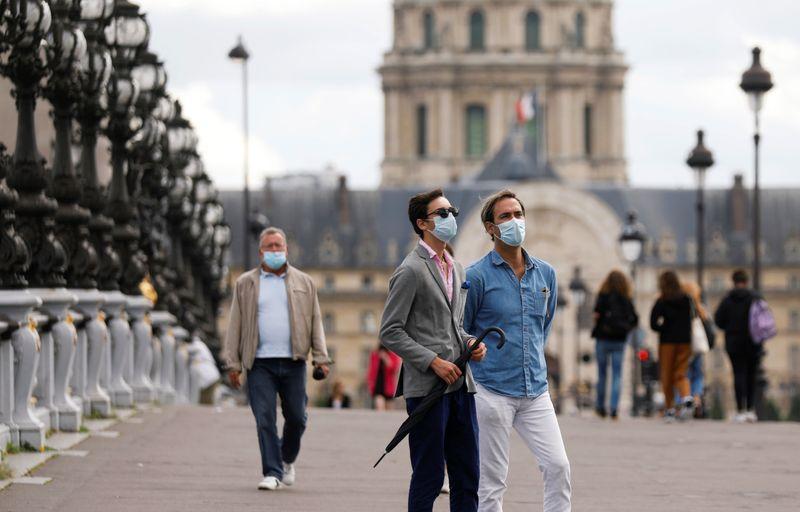 França registra quase 7.400 novos casos de coronavírus em um dia em aumento exponencial