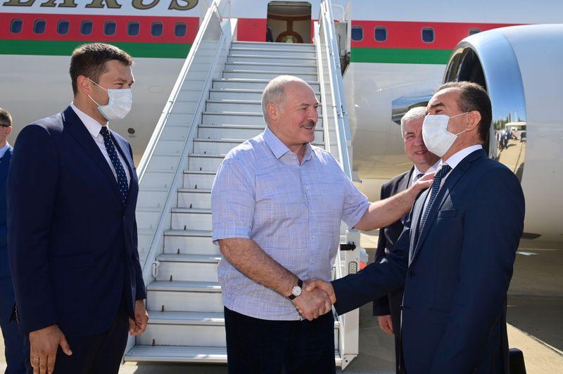 Líder de Belarus corteja apoio de Putin conforme protestos continuam