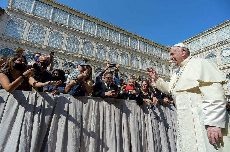 Papa homenageia padre morto por imigrante; político pede vingança