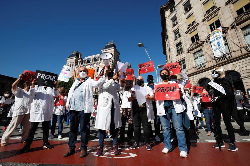Médicos espanhóis iniciam greve e governo avalia novas restrições ante aumento da Covid-19