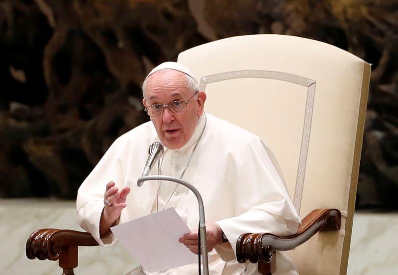 Papa Francisco mantém distância em audiência como precaução contra Covid-19