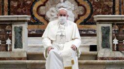 Papa usa máscara pela primeira vez em público