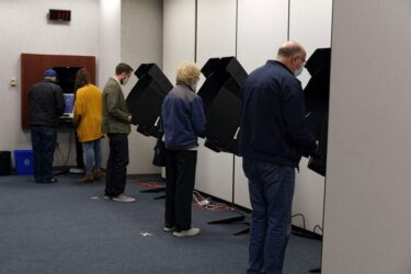 Voto antecipado de mais de 50 milhões de norte-americanos sugere alto comparecimento