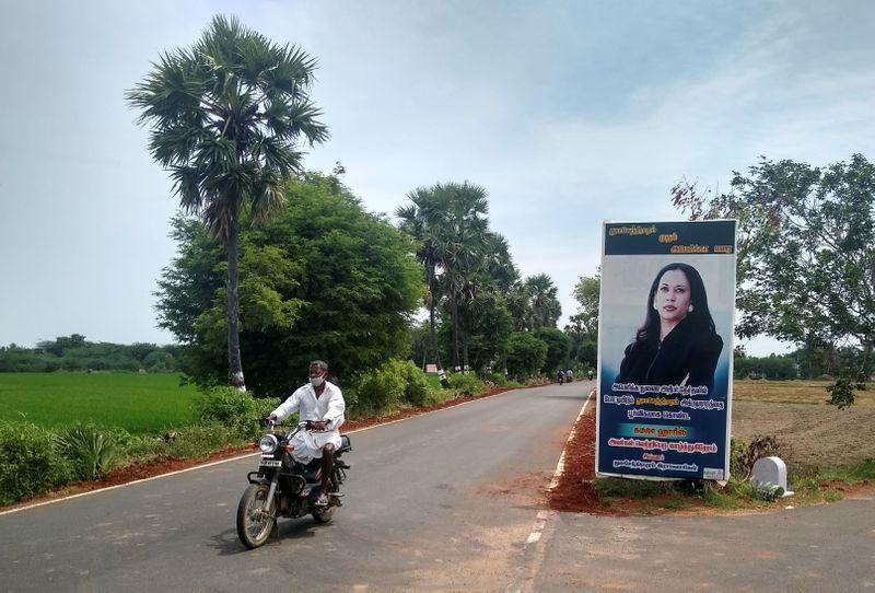 Vilarejo ancestral indiano de Kamala Harris demonstra apoio com cartazes e preces
