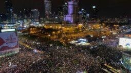 Milhares se reúnem em Varsóvia em maior protesto contra decisão sobre aborto