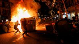 Manifestantes que negam existência da Covid-19 entram em choque com polícia em Barcelona