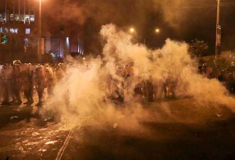 Manifestantes e polícia entram em confronto no Peru em meio à crise política
