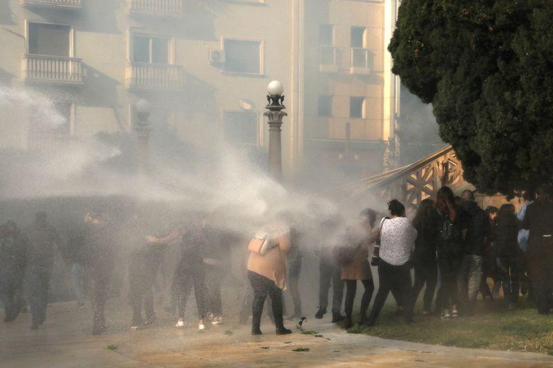 Grécia em lockdown vê confrontos em aniversário de revolta estudantil de 1973