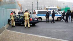 Carro se choca contra portão do gabinete de Merkel