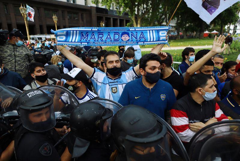 """""""É preciso estar aqui"""": amor por Maradona supera o temor da Covid-19 em Buenos Aires"""