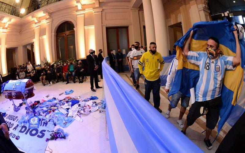 Família de Maradona quer enterro na noite de 5ª em cemitério onde estão pais do ex-jogador