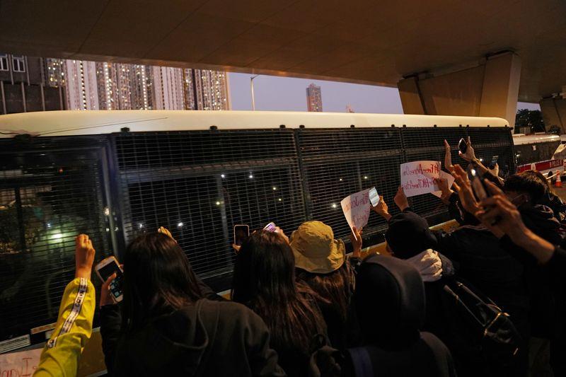 Ativista de Hong Kong mantém tom desafiador após sentença de prisão de 13 meses