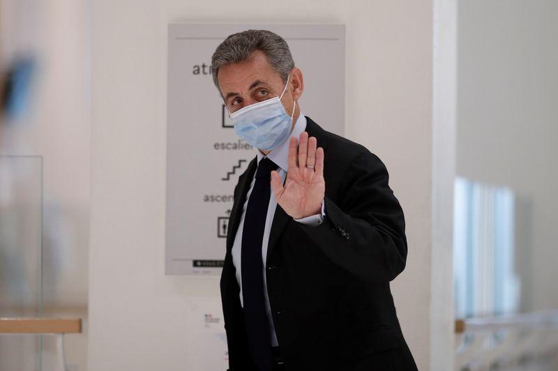 Desafiador, Sarkozy diz em julgamento de suborno que é vítima de mentiras