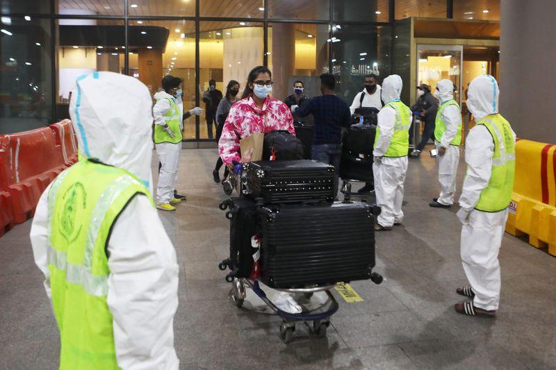 Regras para deter variante do coronavírus provocam caos em aeroportos da Índia