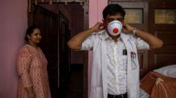 Médico indiano recebe escolta policial contra familiares de pacientes com Covid-19 em hospital