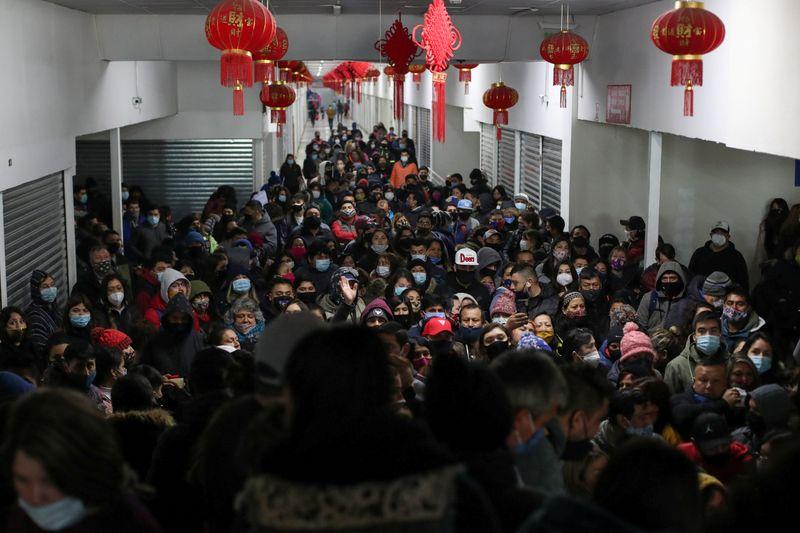 Chile fecha shopping popular após afrouxamento de quarentena provocar aglomeração