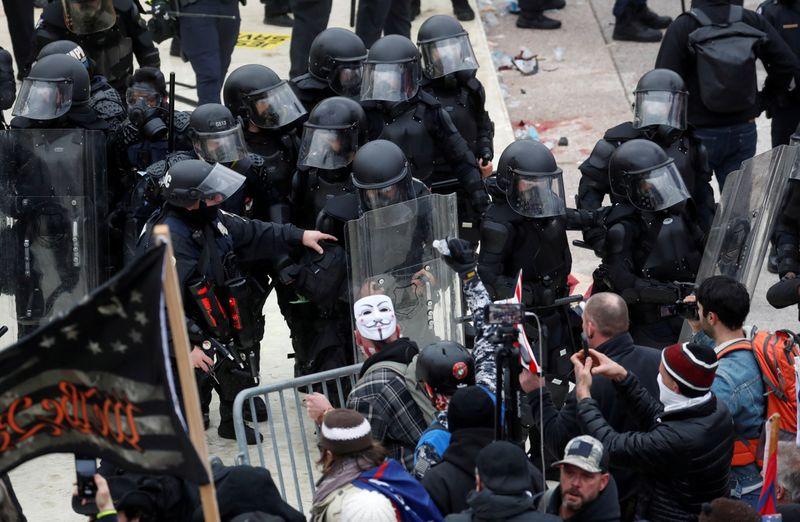 Alguns invasores do Capitólio são demitidos após detetives identificá-los na internet