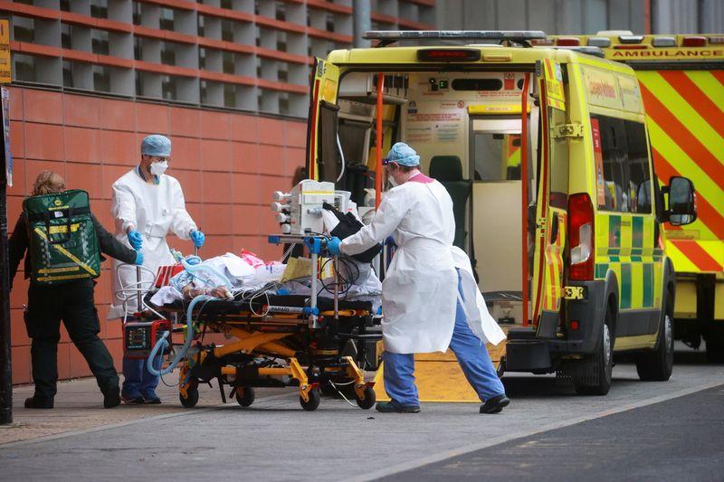Hospitais britânicos lembram zonas de guerra; mortos por Covid-19 se aproxima de 100.000