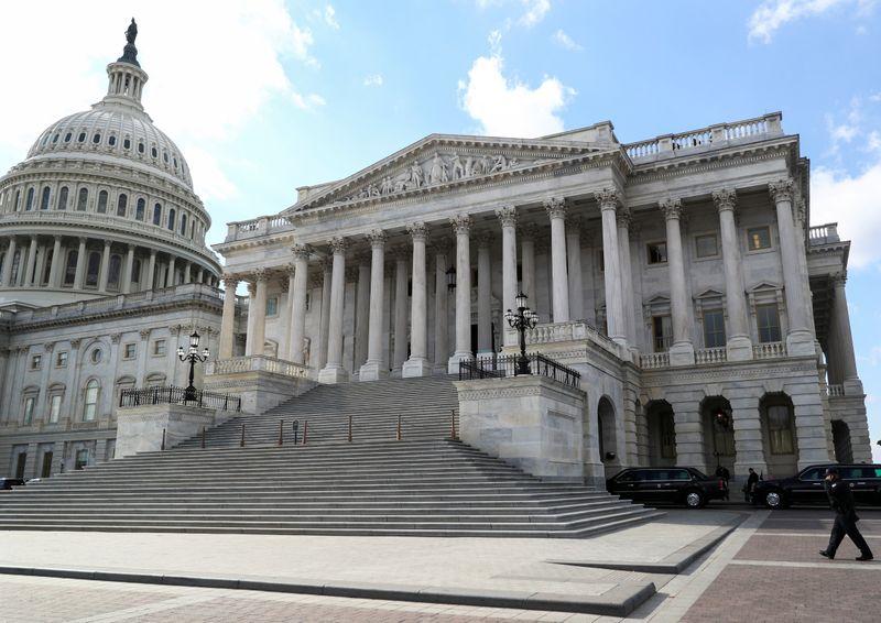 Democratas assumem controle do Senado dos EUA com posse de 3 novos senadores