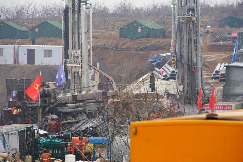 China diz que 10 homens presos em mina de ouro procuram colegas