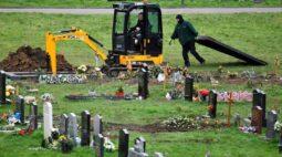 Reino Unido tem mais de 100 mil mortes por Covid-19 e prevê muito mais no futuro