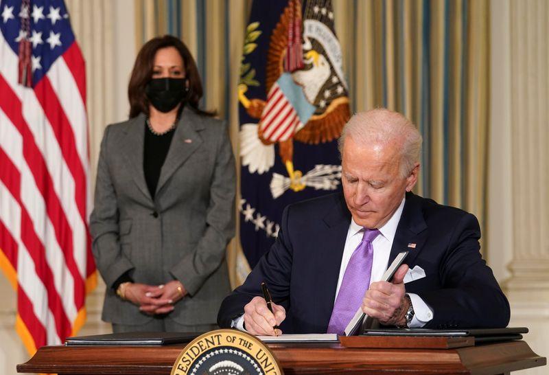 Biden e Kamala Harris dividem palco central em início de trabalho na Casa Branca