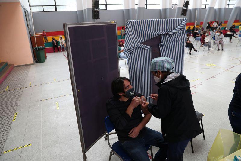 Chile acelera imunização contra Covid-19 usando ligações comerciais para obter vacinas