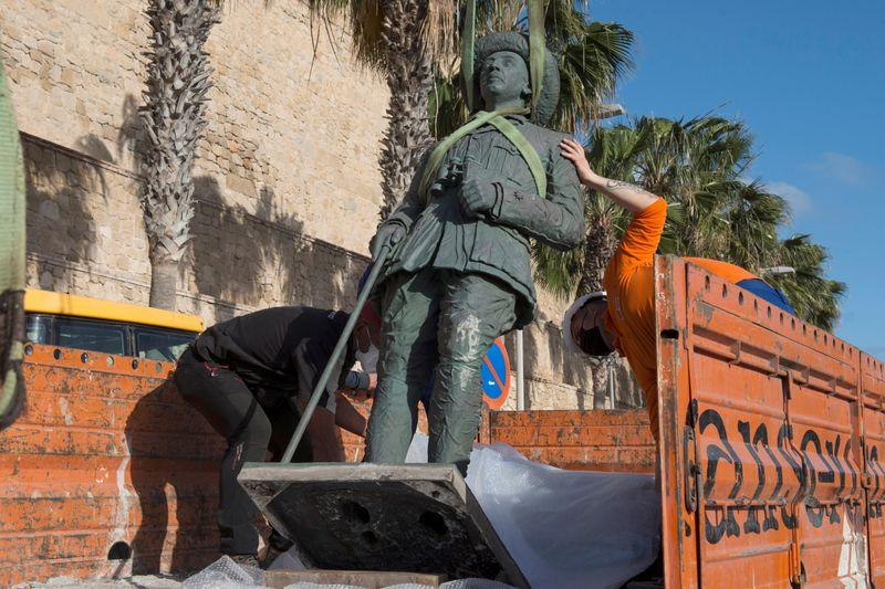 """Última estátua de Franco é removida em """"dia histórico"""" para Espanha"""