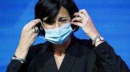 Pessoas totalmente vacinadas podem se reunir com outras sem máscaras em ambiente fechado, diz CDC