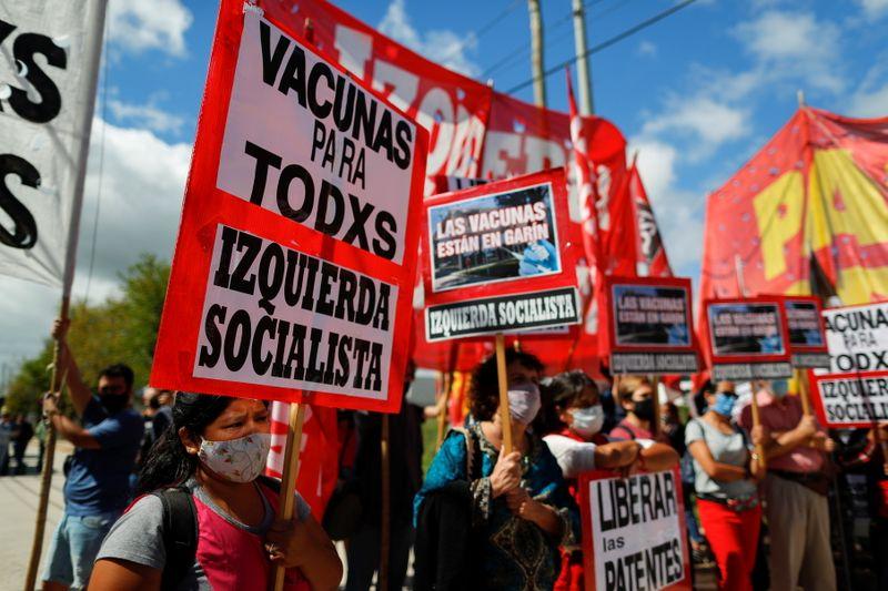 Grupo argentino protesta contra atrasos em fabricação de vacinas da AstraZeneca