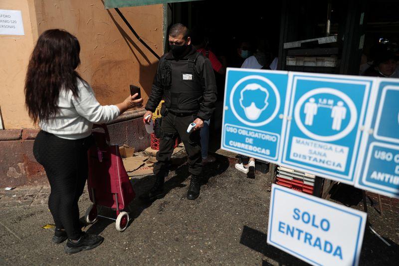 Chile bate 1 milhão de casos de Covid-19 e fecha fronteiras