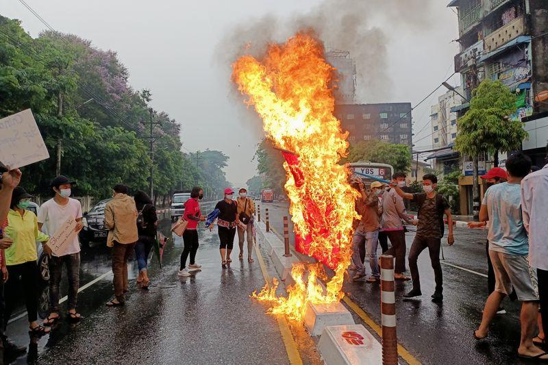Manifestantes de Mianmar desafiam militares; nações da região debaterão crise