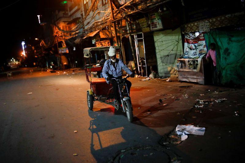 """Capital da Índia impõe toque de recolher antes de semanas """"críticas"""" da pandemia"""